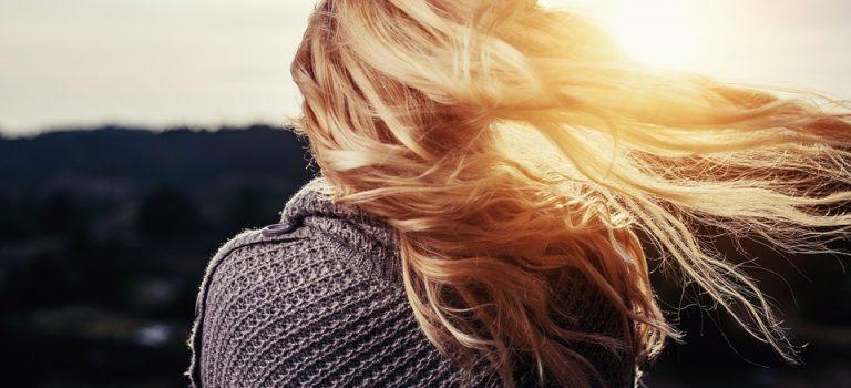 Je mets la gomme sur mes cheveux